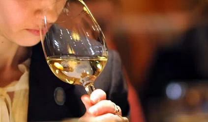葡萄酒闻香的具体步骤