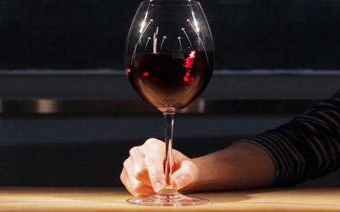 为什么摇晃酒杯能使葡萄酒口感更好