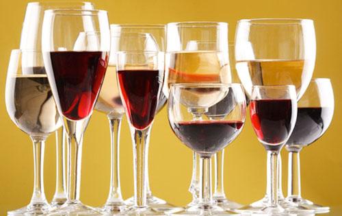 常见的葡萄酒种类包括:红葡萄酒、白葡萄酒、桃红葡萄酒、起泡葡萄
